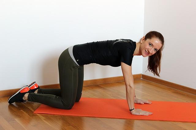 Kobieta ćwicząca na macie