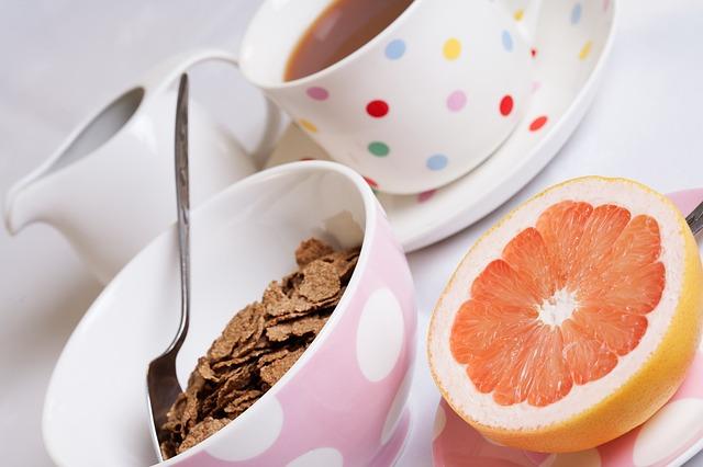 Grejpfruit, płatki śniadaniowe i kawa