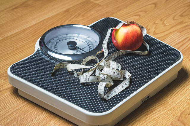 waga, jabłko i metr krawiecki