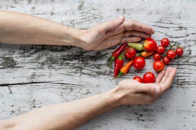Ręce obejmujące warzywa