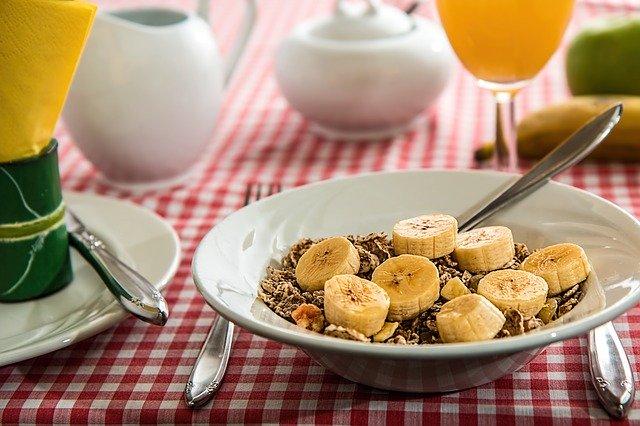 Pożywne śniadanie z bananami