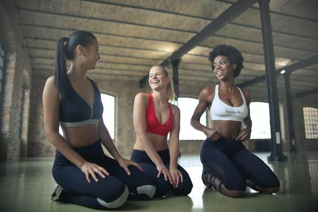 trzy kobiety w strojach sportowych